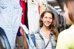 妇女买的衬衣 免版税库存照片