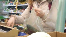 妇女买的黄瓜和菜在熟食 股票视频