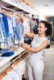 妇女买的婴孩衣裳 免版税库存图片