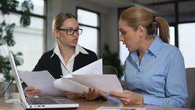 妇女争吵在办公室,丢掉纸与图,不合格的项目 股票录像