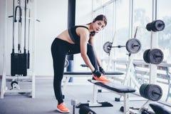 妇女亚洲栓的鞋带 准备好健身的妇女en 免版税库存图片