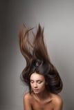 妇女产生她的头发 免版税库存图片