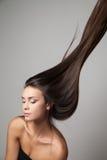 妇女产生她的头发 免版税库存照片