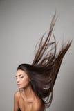 妇女产生她的头发 图库摄影