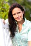 妇女享受在长凳的绿色自然 免版税库存照片