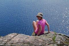 妇女享受海的看法 在海滨的一放松 在天际的监督 免版税库存照片
