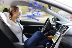 妇女享受自治驾驶在一辆现代汽车 免版税图库摄影