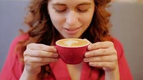 妇女享用咖啡咖啡馆饮料热的拿铁热奶咖啡 股票录像