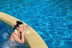 妇女享用在温泉极可意浴缸放松 免版税库存图片