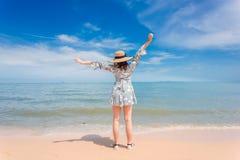妇女享用美丽的海边 库存照片