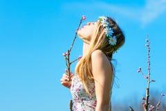 妇女亲吻一朵新的春天花 图库摄影