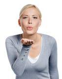 妇女亲吻她的现有量给某人 库存照片