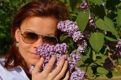 妇女亲吻的花 免版税库存照片