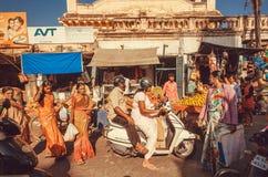 妇女人群和其他顾客和步行者在城市市场附近与商店、商店和市场 免版税库存图片