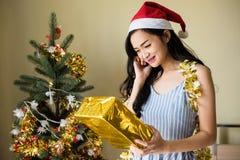 妇女从男朋友得到圣诞节礼物 免版税图库摄影