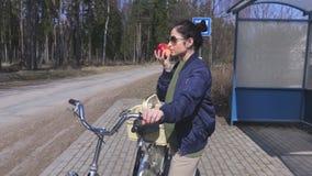 妇女从篮子的作为苹果在自行车 股票视频