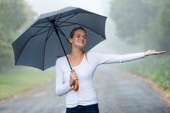 妇女伞雨 免版税图库摄影