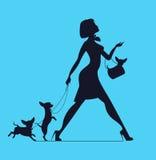 妇女传染媒介剪影有狗的 少妇走的狗 免版税库存图片
