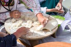 妇女传统土耳其yufka为酥皮点心做准备 免版税库存图片
