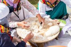 妇女传统土耳其yufka为酥皮点心做准备 免版税库存照片