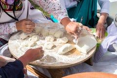 妇女传统土耳其yufka为酥皮点心做准备 图库摄影
