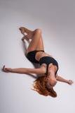 妇女体操运动员舒展 库存照片