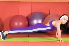妇女体育锻炼 Fitball 明亮的田径服 免版税库存照片