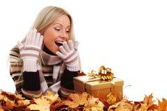 妇女作为秋天礼品 图库摄影