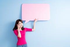 妇女作为讲话泡影广告牌 图库摄影