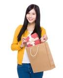 妇女作为从购物袋的礼物盒 免版税库存照片