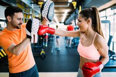 妇女佩带的拳击手套的图片在健身房的 免版税图库摄影