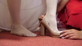 妇女佩带的鞋子 白色礼鞋高跟鞋的新娘 特写镜头 股票视频