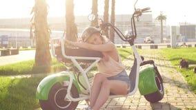 妇女佩带的骑自行车的盔甲 女性骑自行车者特写镜头画象在公园 股票录像