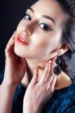 妇女佩带耳环 免版税库存图片