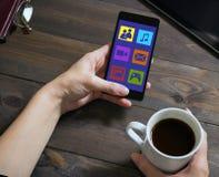 妇女使用与一个手机的社会网络 免版税库存图片