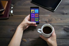 妇女使用与一个手机的社会网络 免版税库存照片