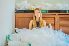 妇女使用了许多塑料袋他们填满了整个厨房 E r 免版税库存照片