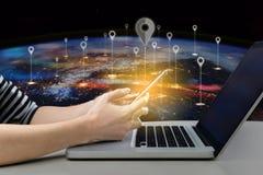 妇女使用巧妙的电话的和便携式计算机连接到社交 关闭使用智能手机的女实业家在便携式计算机附近 库存图片