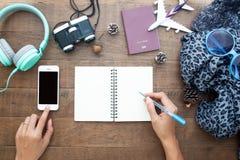 妇女使用手机和文字的` s手在空白的笔记本, 库存图片