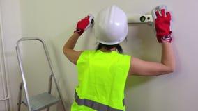 妇女使用水平仪的建筑工人 股票视频