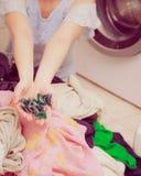 妇女使用洗涤剂荚的洗涤洗衣店 免版税库存照片