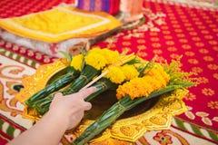 妇女使用蜡烛,花,香火,为教士祈祷 免版税库存图片