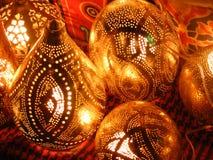 妇女供营商在可汗el khalili souq市场上的卖铜灯在埃及开罗 库存照片