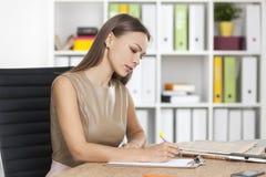 妇女侧视图米黄文字的与标志 库存照片