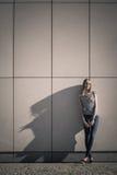 妇女便装样式对石难看的东西墙壁 免版税库存照片