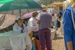 妇女保护自己免受强烈的午间太阳 库存图片