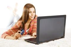 妇女信用卡膝上型计算机,使用笔记本网上付款的女孩 免版税库存图片
