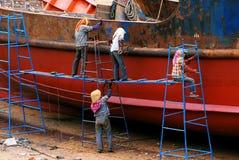 妇女修理老船 库存图片