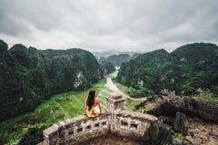 妇女俯视越南北部山从吊Mua,一个普遍的远足的目的地的 库存照片