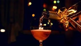妇女倾吐的香槟在新年 影视素材